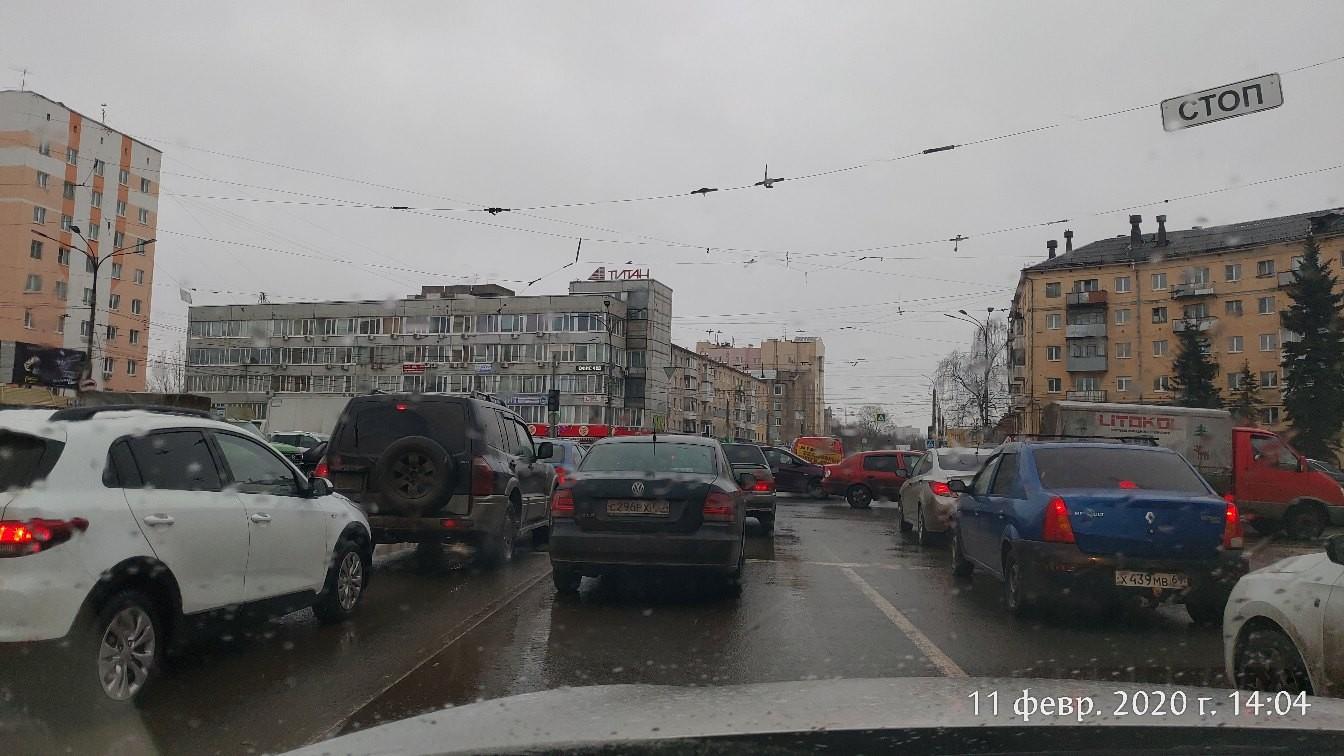 В Твери на площади Капошвара сломался светофор, собирается пробка