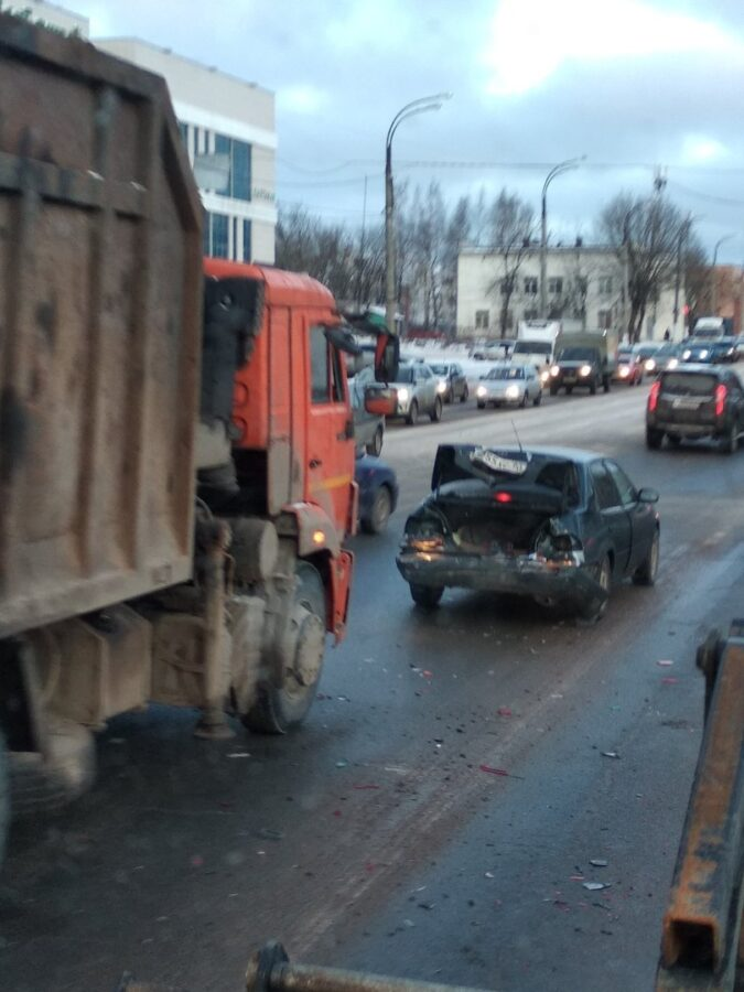 На улице Маяковского в Твери большегруз врезался в легковушку