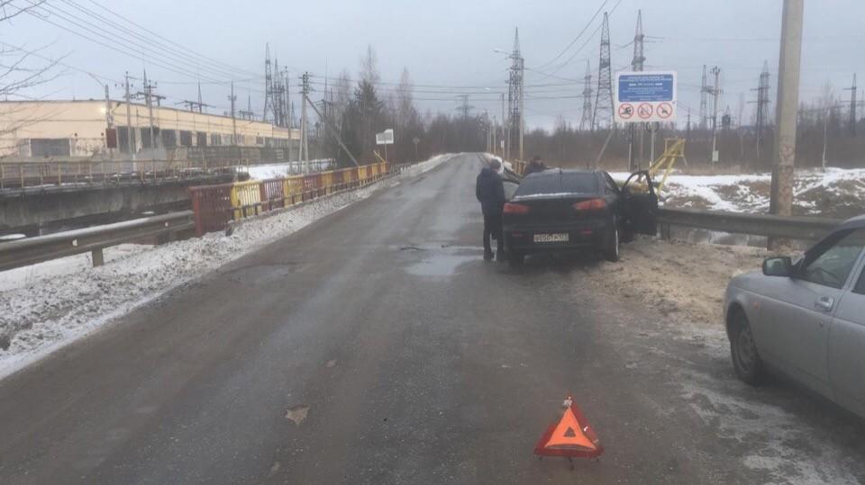 Два человека пострадали в Тверской области, врезавшись в ограждение