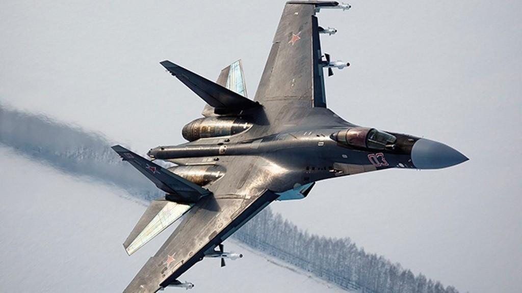 Новейшие истребители Су-35С прошли испытание февральской метелью в Тверской области