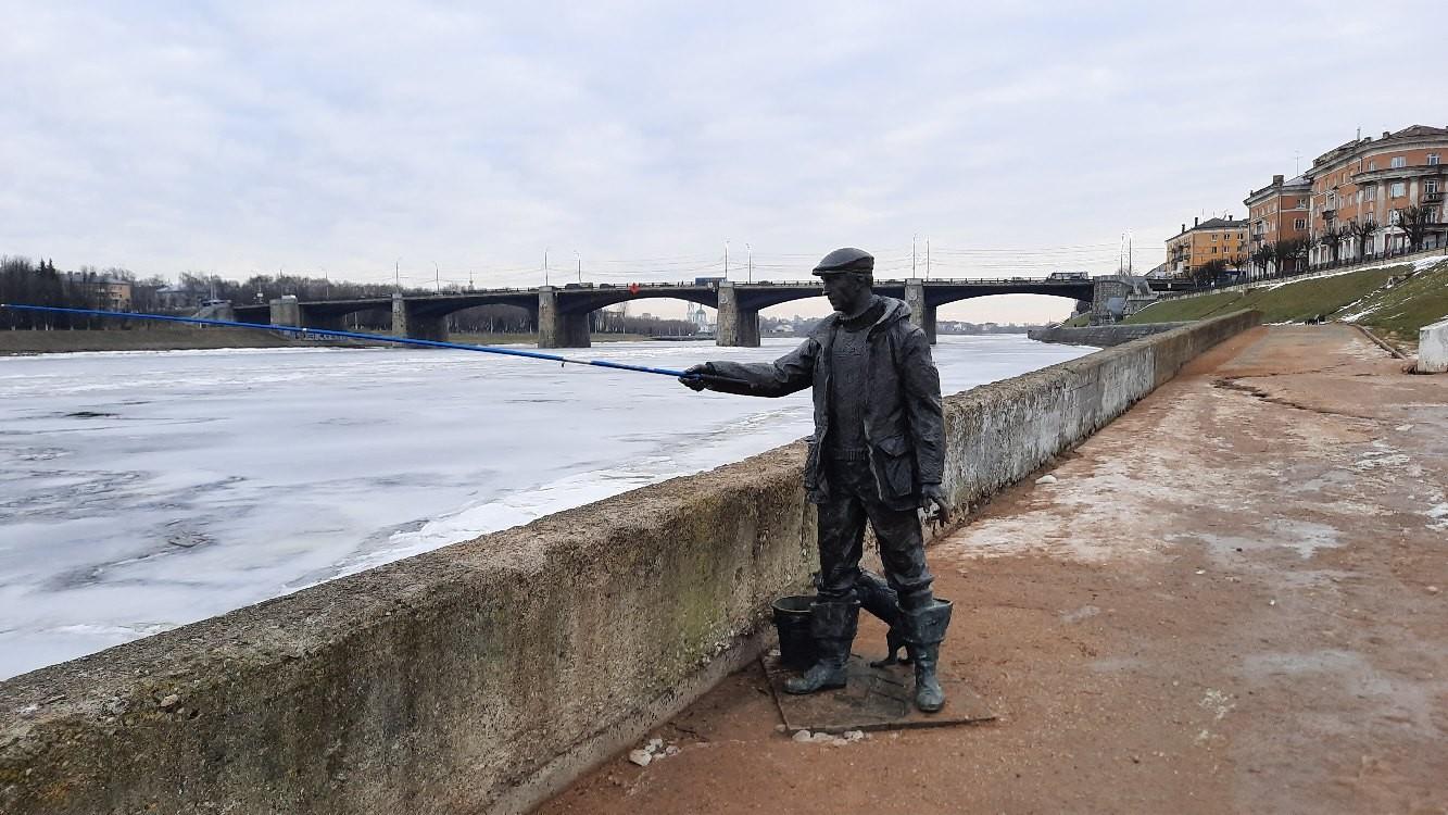 У тверского рыбака на набережной Волги появилась новая удочка