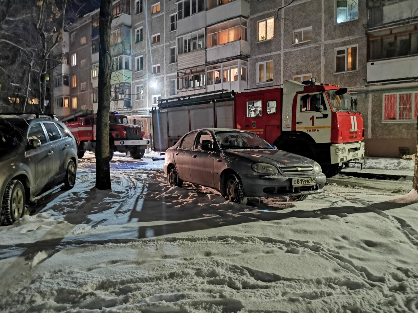Пожарные в Твери сломали дверь, чтобы спасти из дыма мужчину