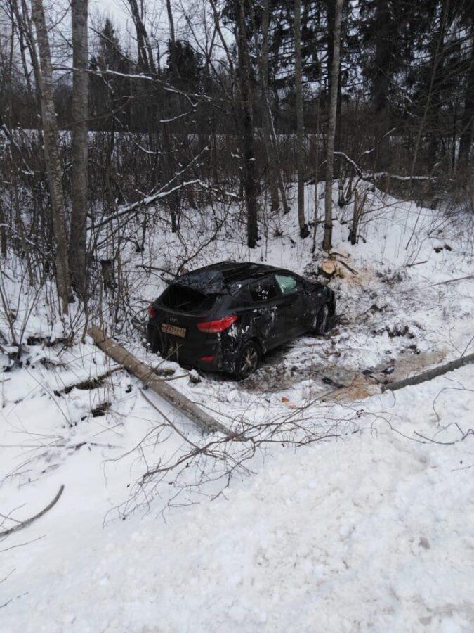 В  Тверской области машина съехала с трассы и перевернулась