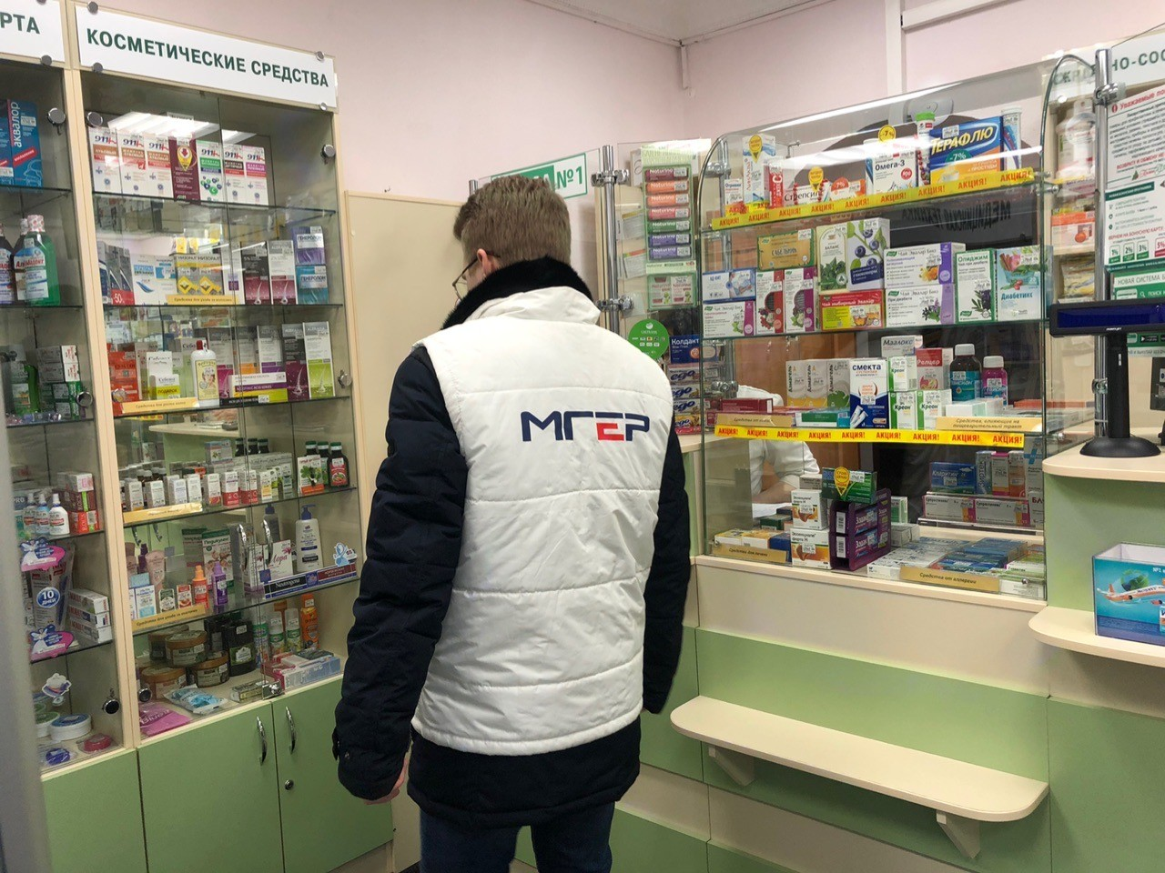"""Тверские активисты обклеили наклейками """"жадные"""" аптеки ФОТО"""