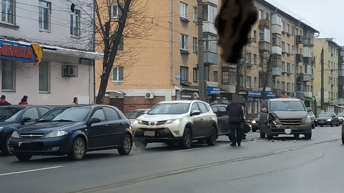 На Волоколамском проспекте в Твери столкнулись четыре автомобиля