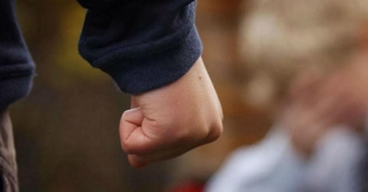 В Нелидово подросток избил  знакомого и украл  у него телефон