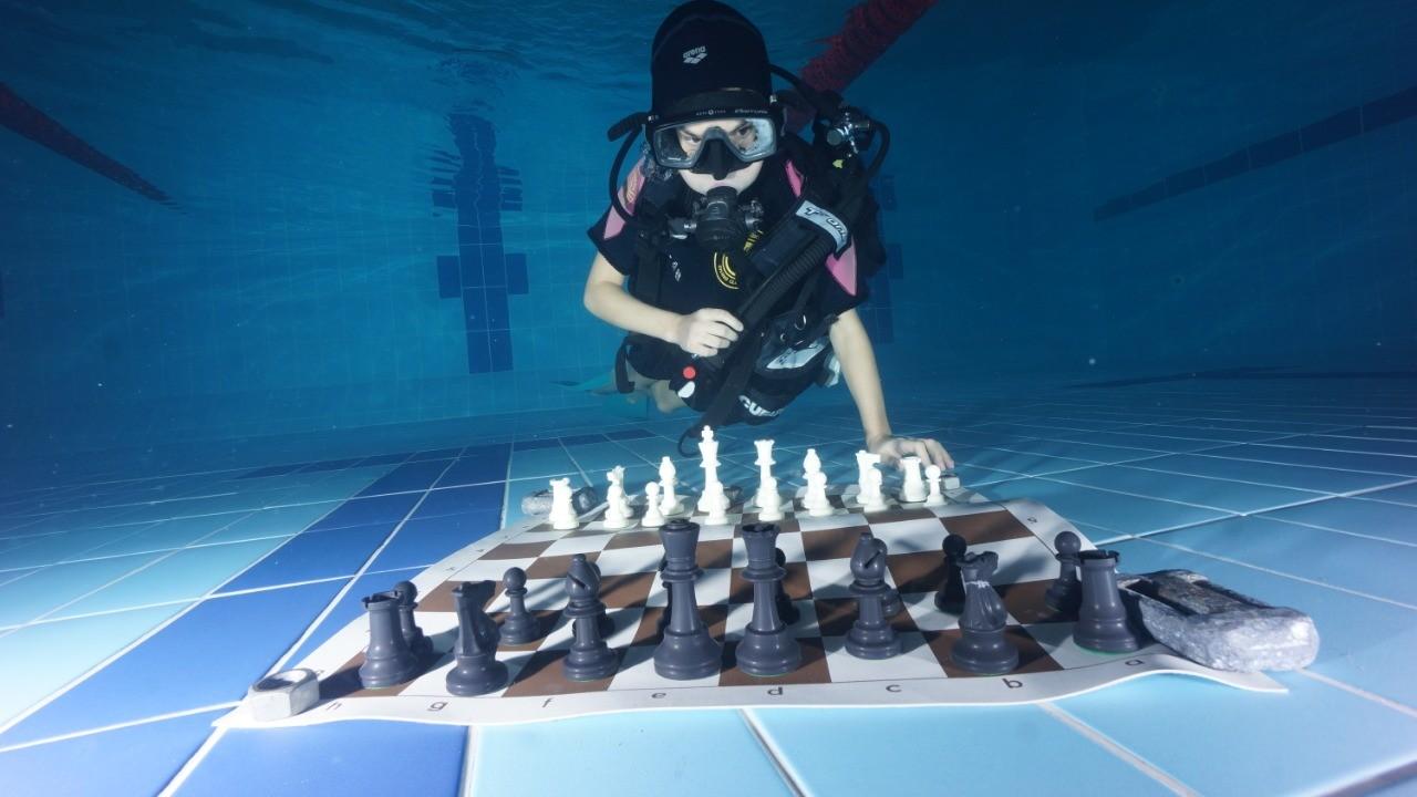 Брат и сестра стали первыми в тверской истории подводными шахматистами