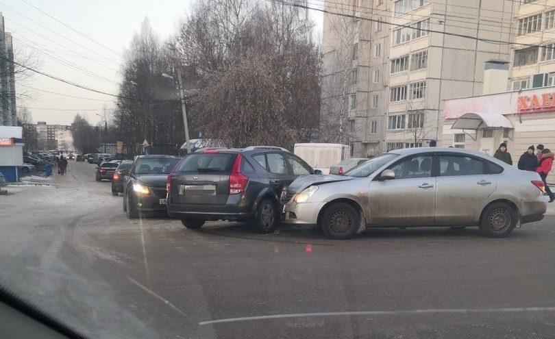 В Твери на улице Паши Савельевой столкнулись три иномарки