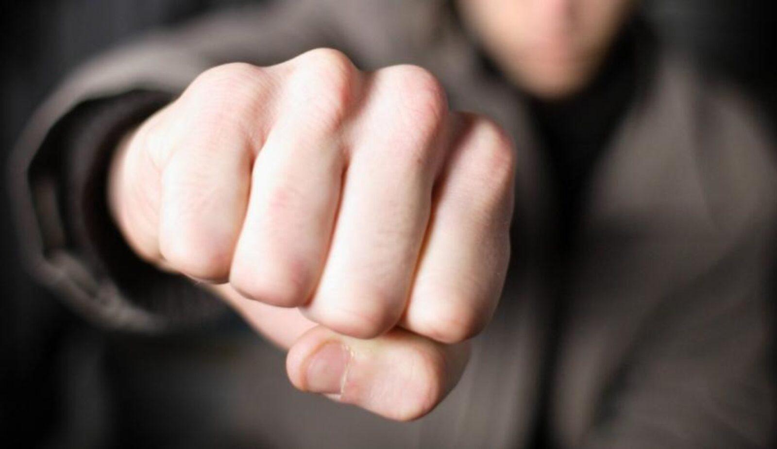 По пути в полицию житель Тверской области выбил зуб прохожему