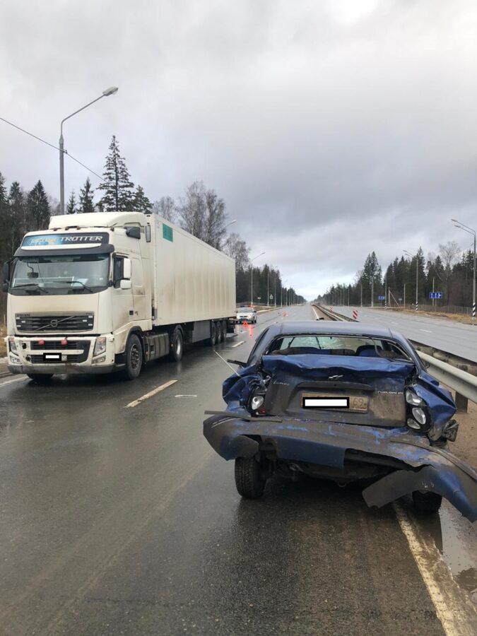 В Тверской области грузовик врезался в две легковушки