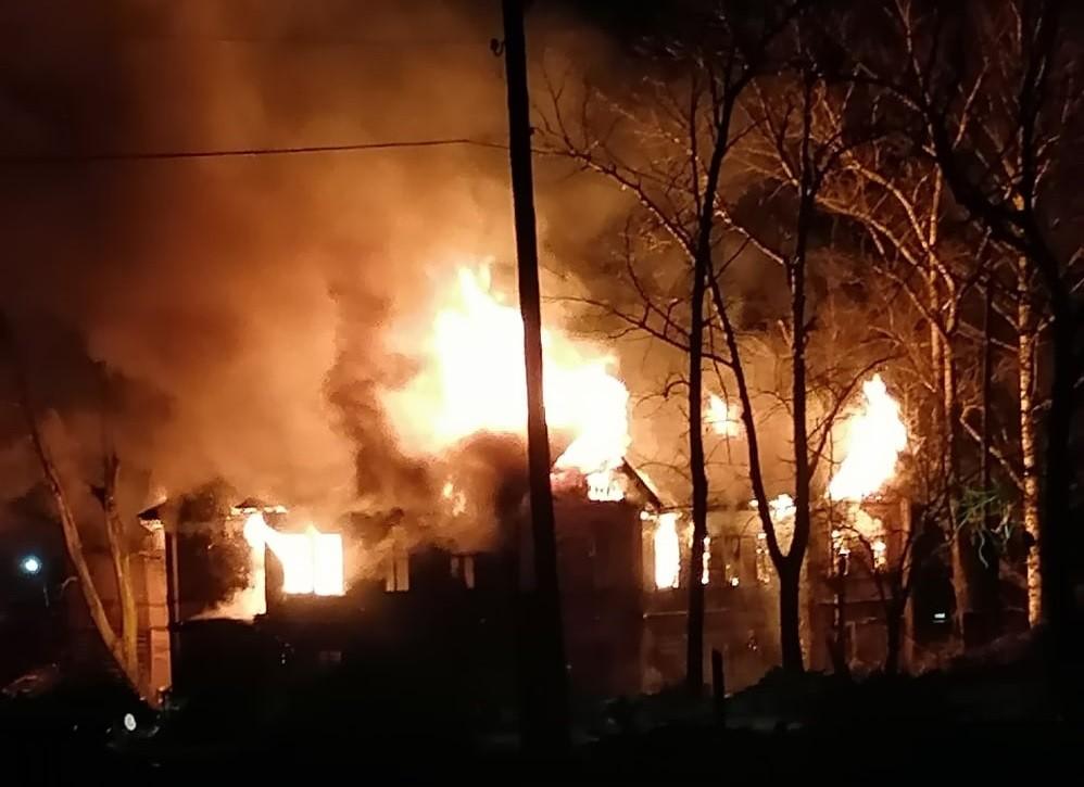 В Тверской области горит двухэтажный дом возле железнодорожной станции