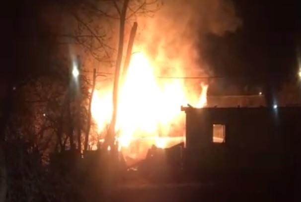 Рядом с рестораном в Твери ночью сгорела постройка