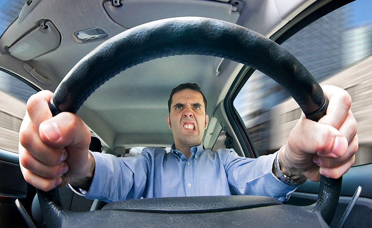 рассматривает смешные фото водителей своему