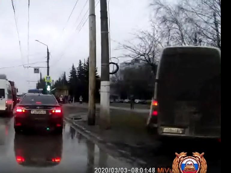 В Твери водитель, который гнал по тротуару, получил штраф