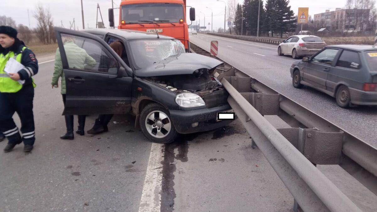 В Тверской области машина врезалась в дорожную технику