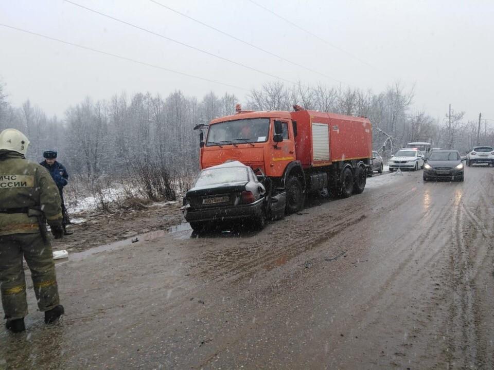 В Тверской области водитель иномарки разбился о дорожную машину