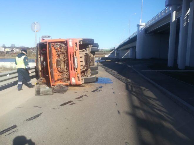 В Твери перевернулся КамАЗ, пострадал водитель