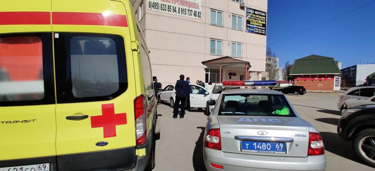 В Тверской области машина наехала на пожилую женщину на парковке