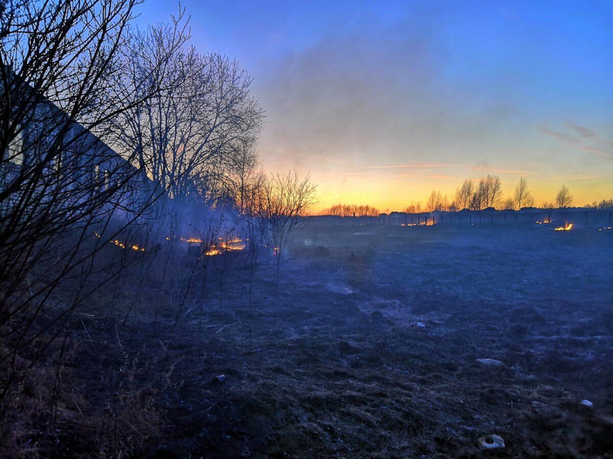 В Твери рядом с жилыми домами и детской площадкой произошел пожар