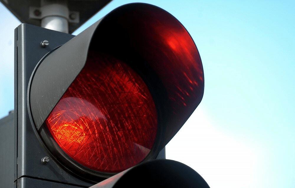 В Твери нашли водителя, проехавшего на красный у школы