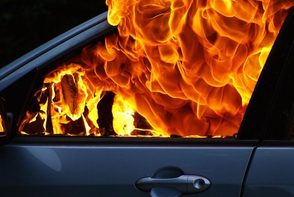 В Твери на Мигаловской набережной загорелся автомобиль