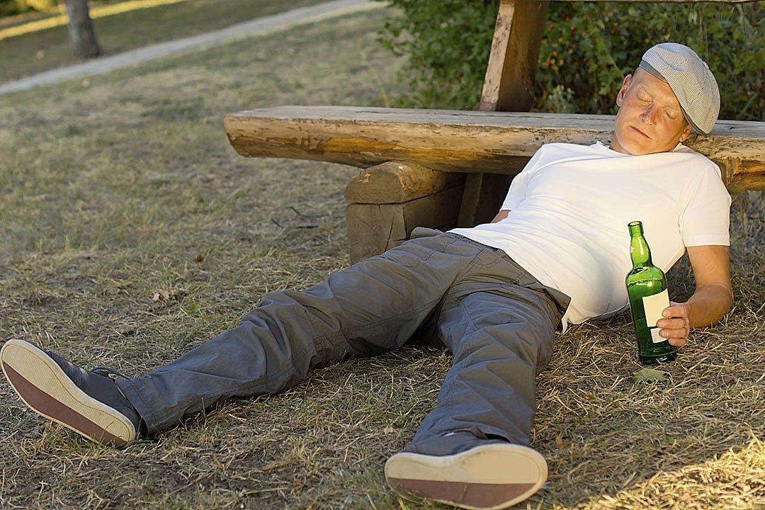 Житель Тверской области уснул в компании собутыльницы, а проснулся без денег