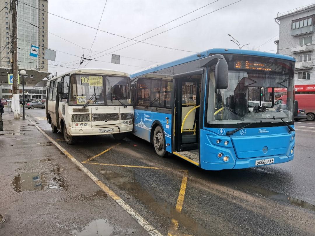 В Твери маленькая маршрутка притерлась к большому автобусу