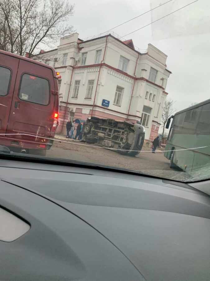 """В Ржеве Тверской области после столкновения """"Газель"""" перевернулась"""