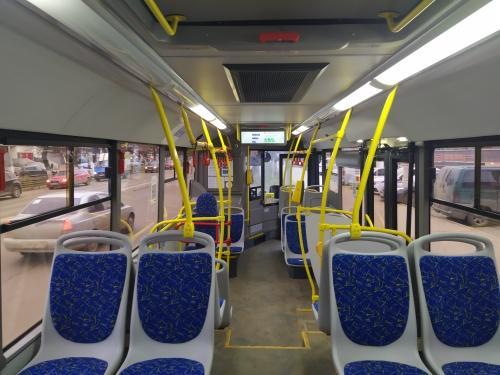 В Твери женщина-водитель спровоцировала резкое торможение автобуса