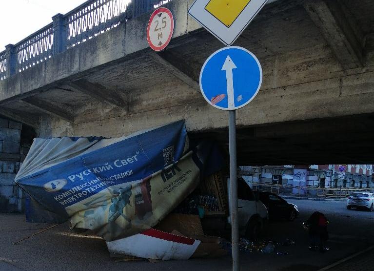"""""""Газель"""" не смогла проехать под Новым мостом в Твери и развалилась"""