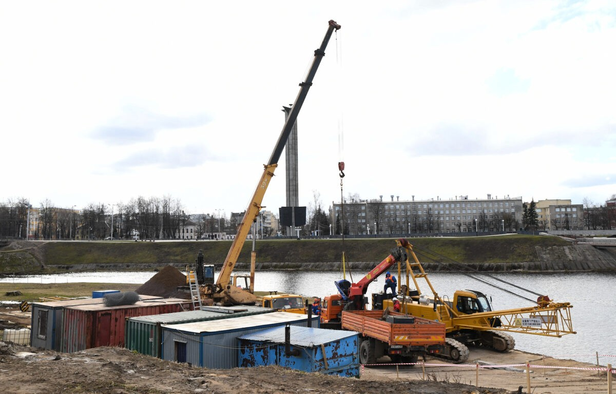 В Твери строят пешеходный мост через Тьмаку