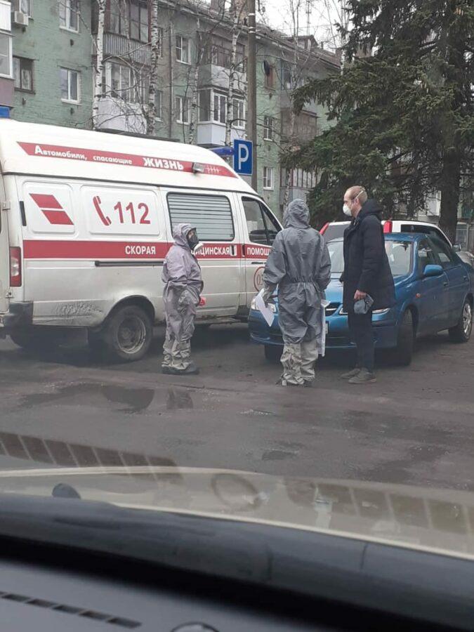 Жителей Твери перепугала фотография медиков в респираторах рядом с больным итальянцем