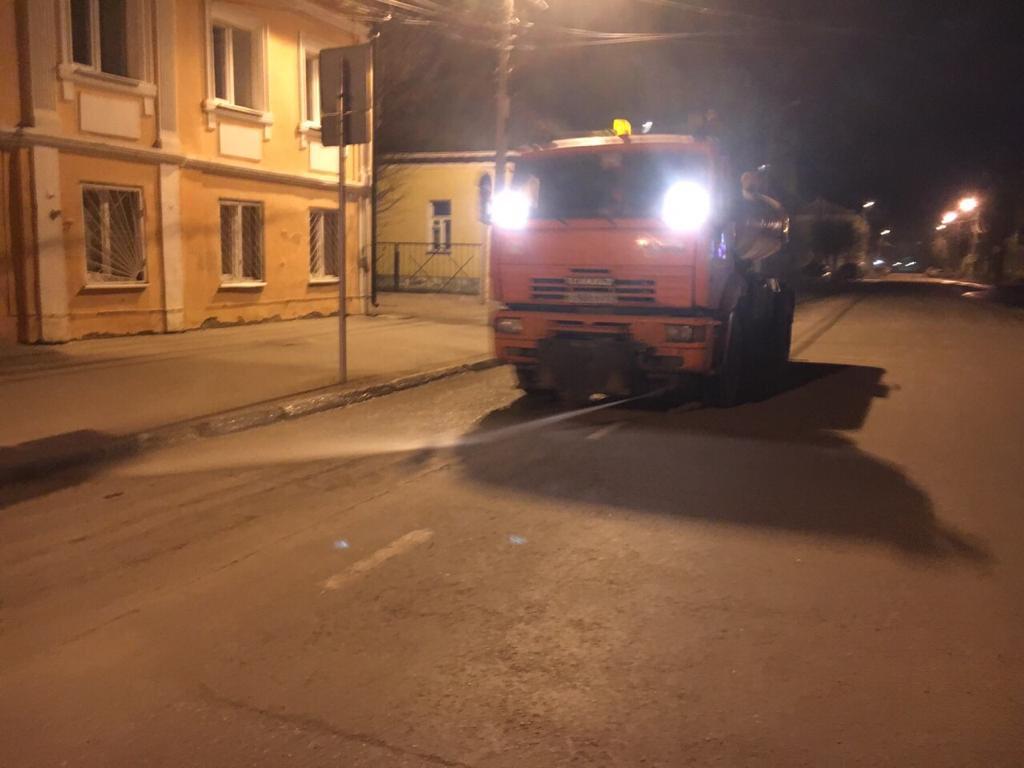 Благодаря погоде в Твери круглосуточно чистят дороги
