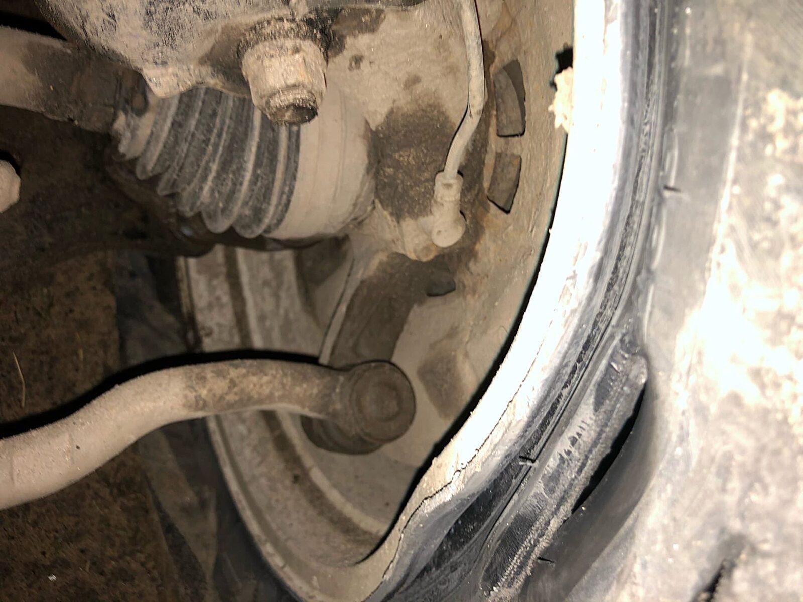 Семь машин повредили колеса в одной яме на дороге Тверской области