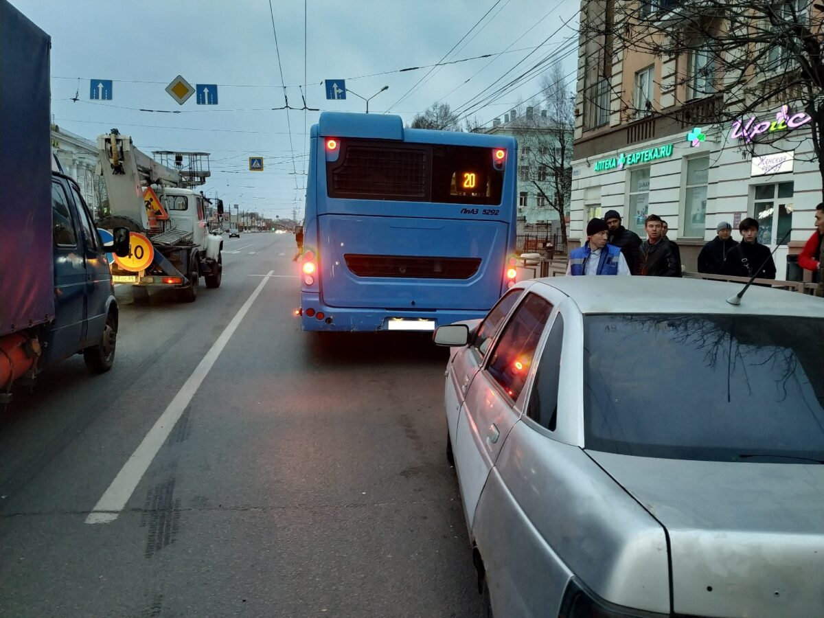 В Твери отечественная легковушка въехала сзади в автобус