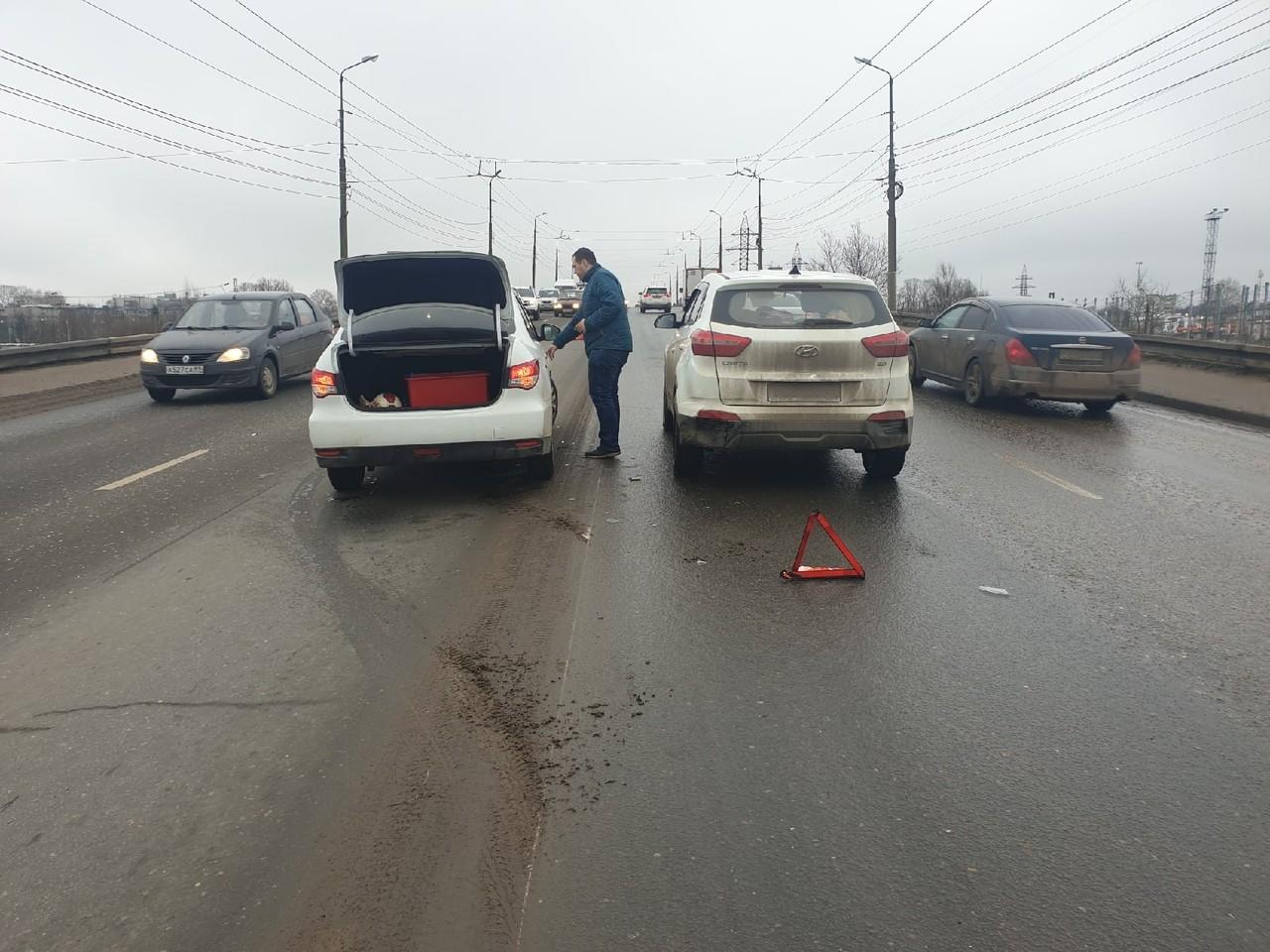 """На """"Южном"""" мосту в Твери образовалась пробка после ДТП"""