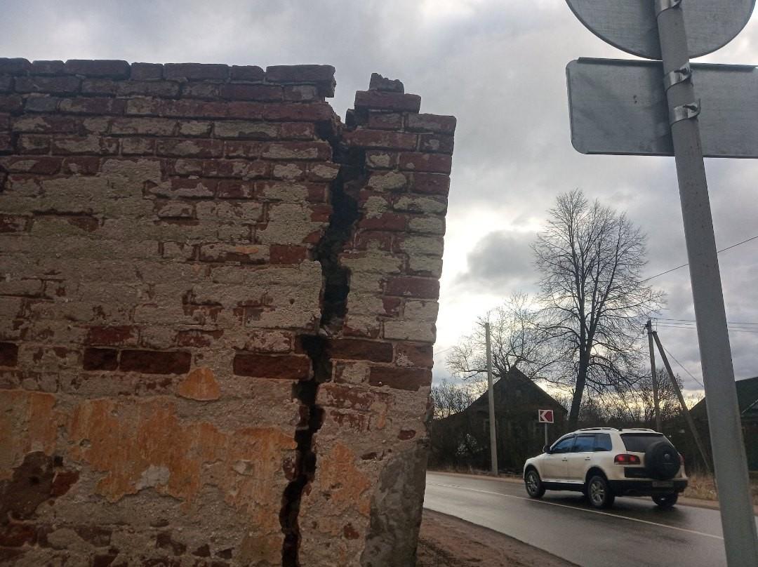 Под Тверью со дня на день рухнет на дорогу стена памятника