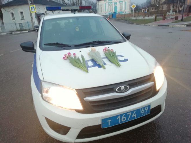 Балы, красавицы, цветы, ГИБДД: Тверская область празднует 8 марта