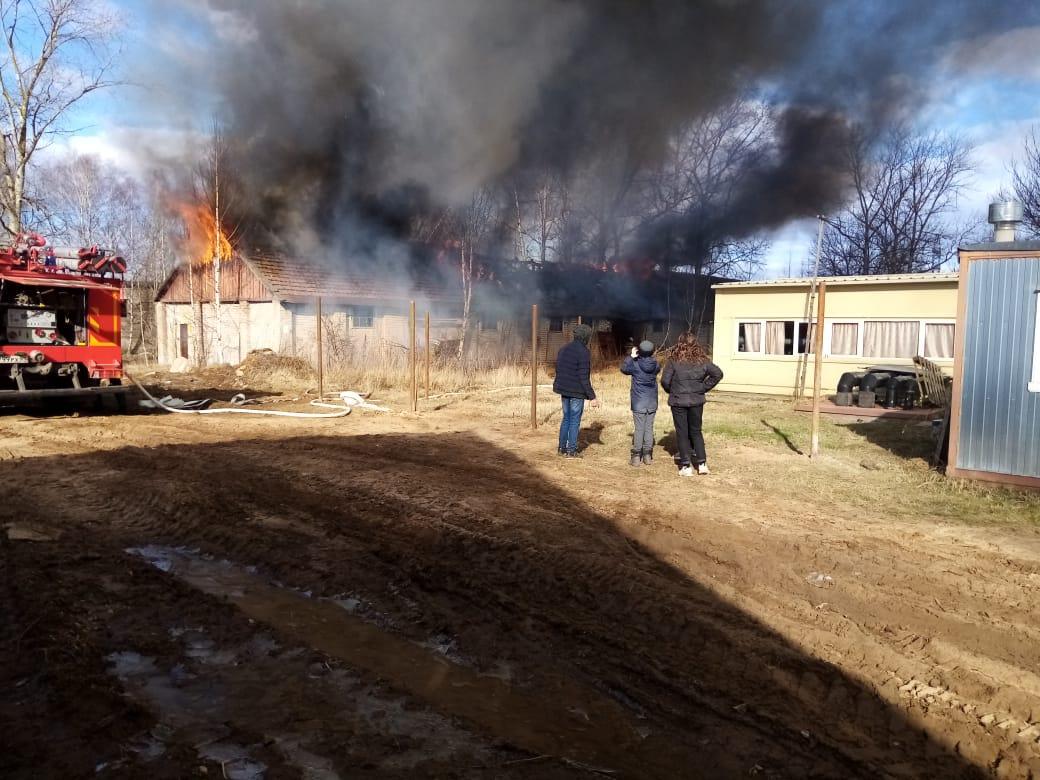 В Твери тушат бывший военный склад в микрорайоне Мигалово
