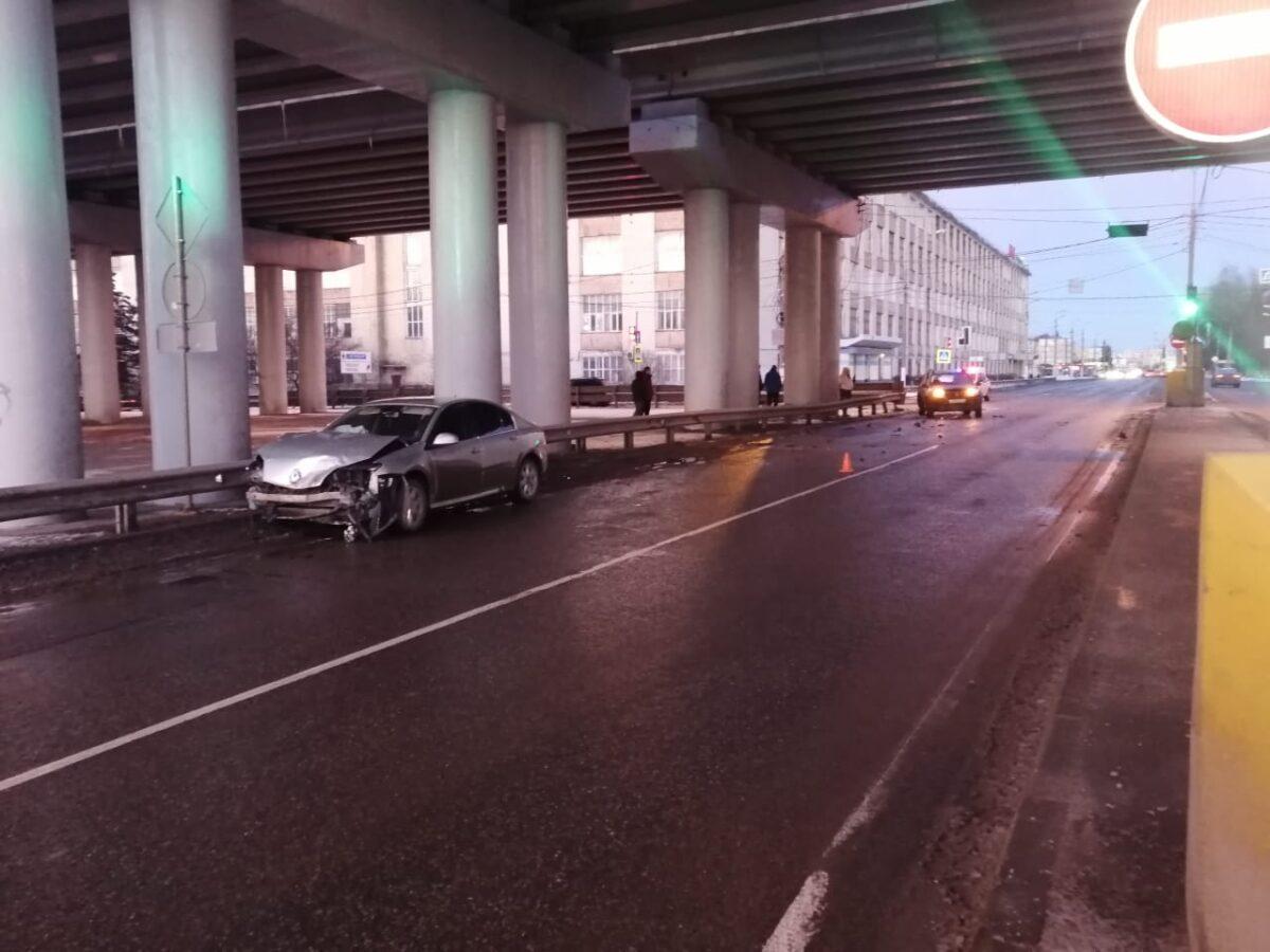 Две иномарки столкнулись, не поделив дорогу в Твери