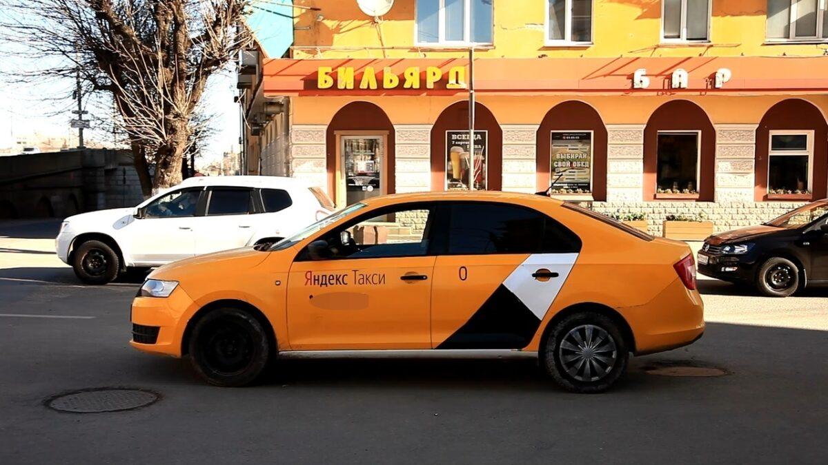 Тверские автоинспекторы остановили таксиста-нелегала в центре города