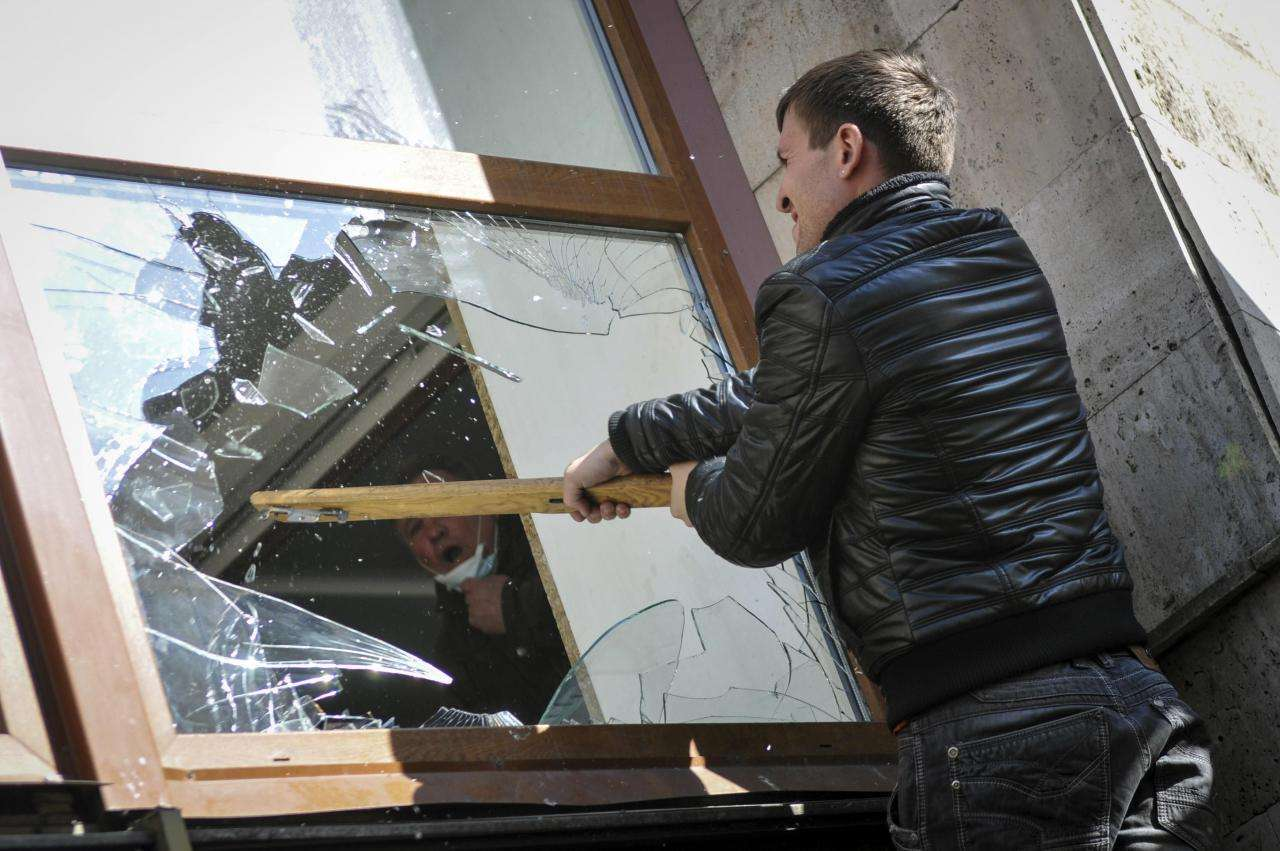 Житель Тверской области ночью долго бил окна магазинов