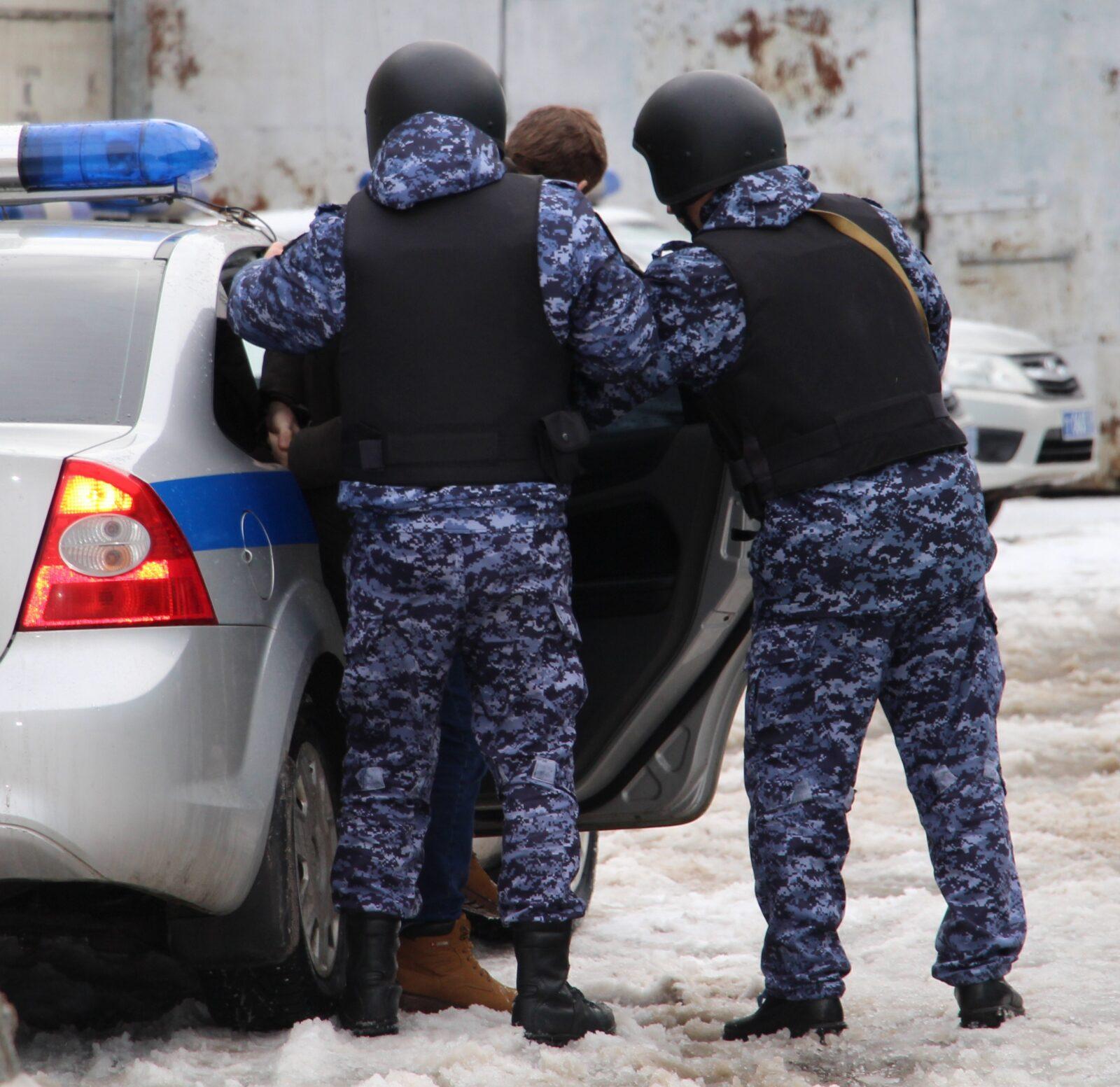 Двух молодых парней задержали в тверском гипермаркете за кражу одежды
