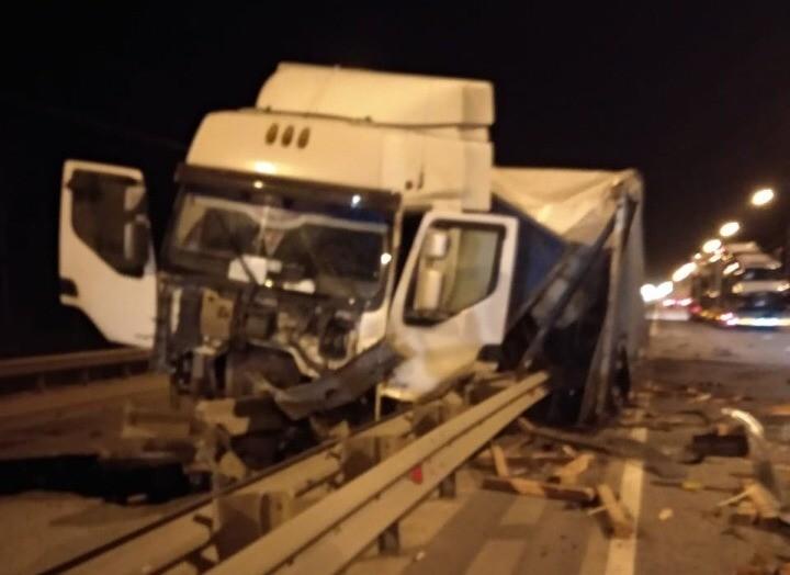 На трассе М-10 в Тверской области фура протаранила ограждение