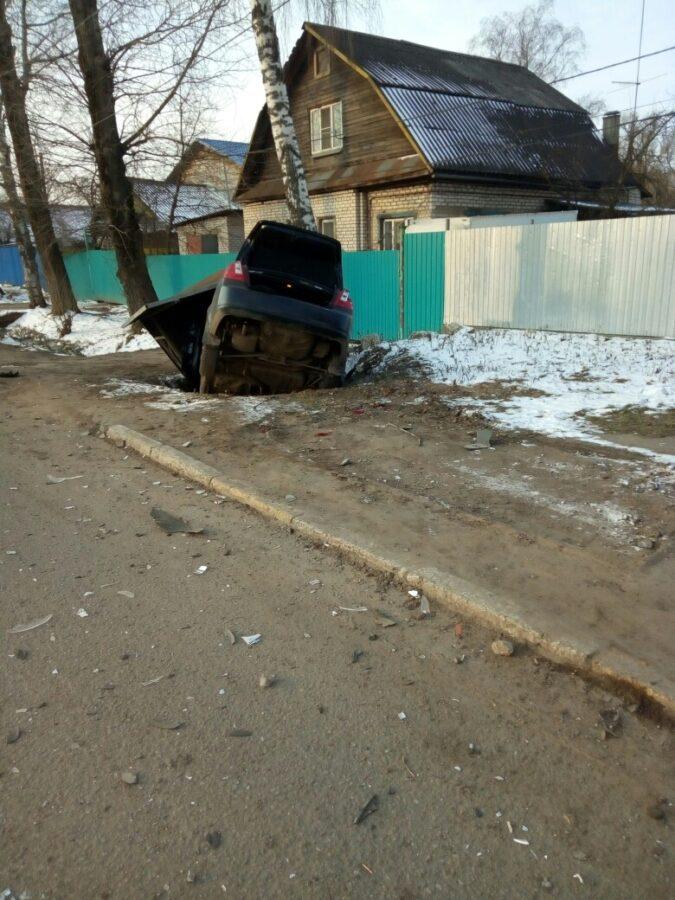 В Твери иномарка протаранила остановку и утащила её в канаву