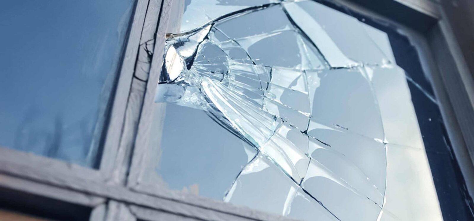 В Тверской области бытовую технику выносили через разбитое окно