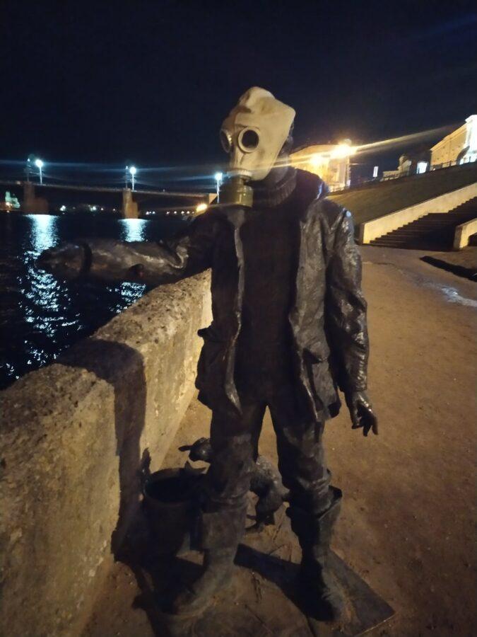 В Твери на памятник рыбаку надели противогаз