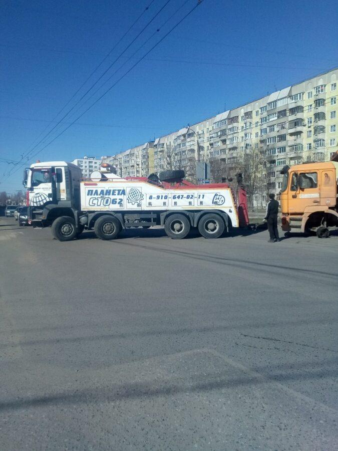 На дороге в Твери у большегруза отвалилось колесо
