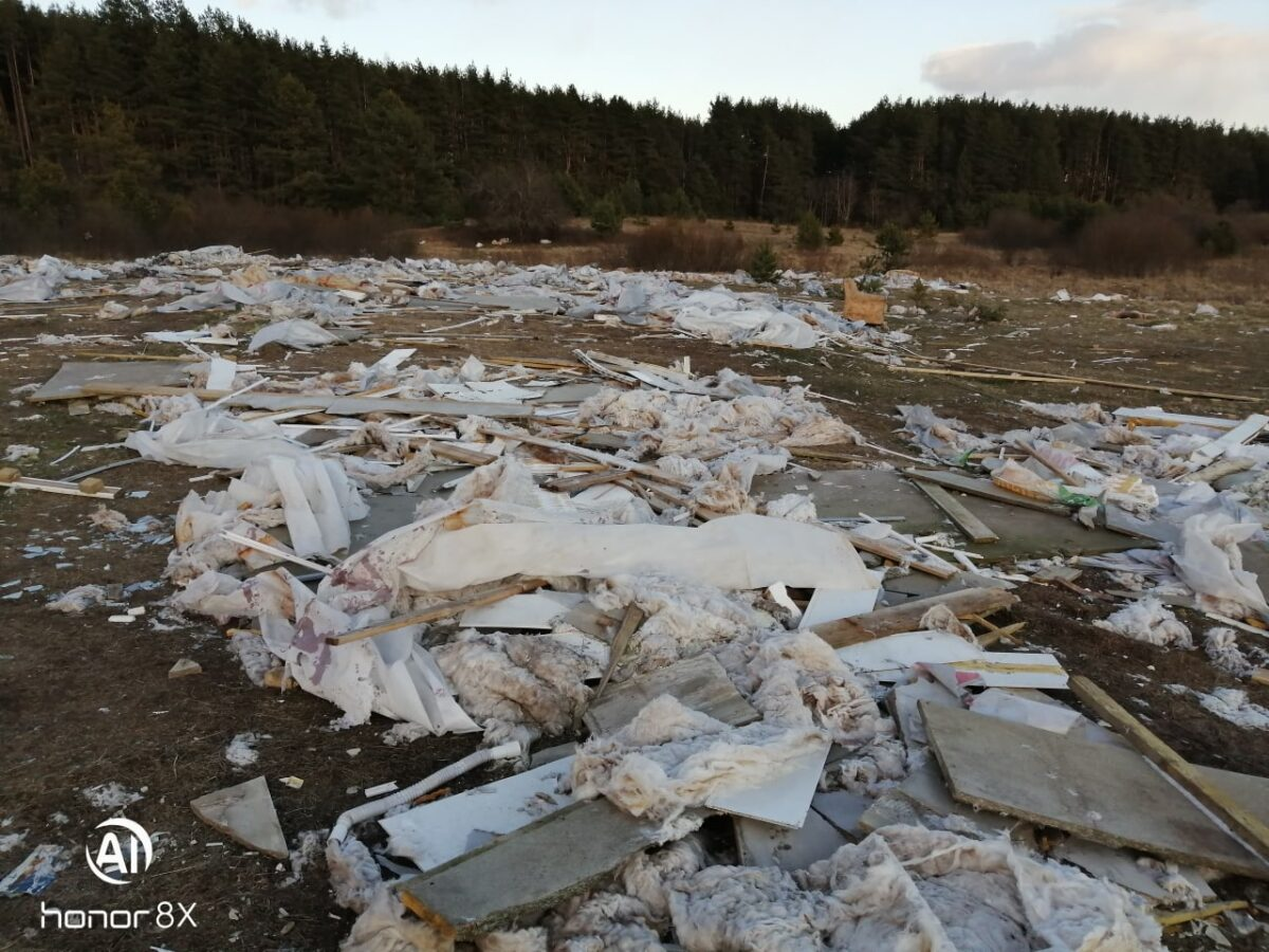 В Тверской области неподалёку от кладбища устроили свалку строительного мусора