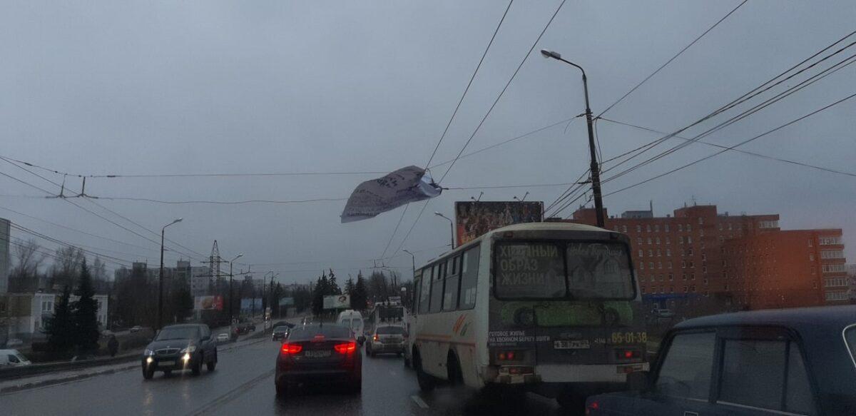 В Тверской области ветер срывает баннеры, дорожные знаки и валит деревья
